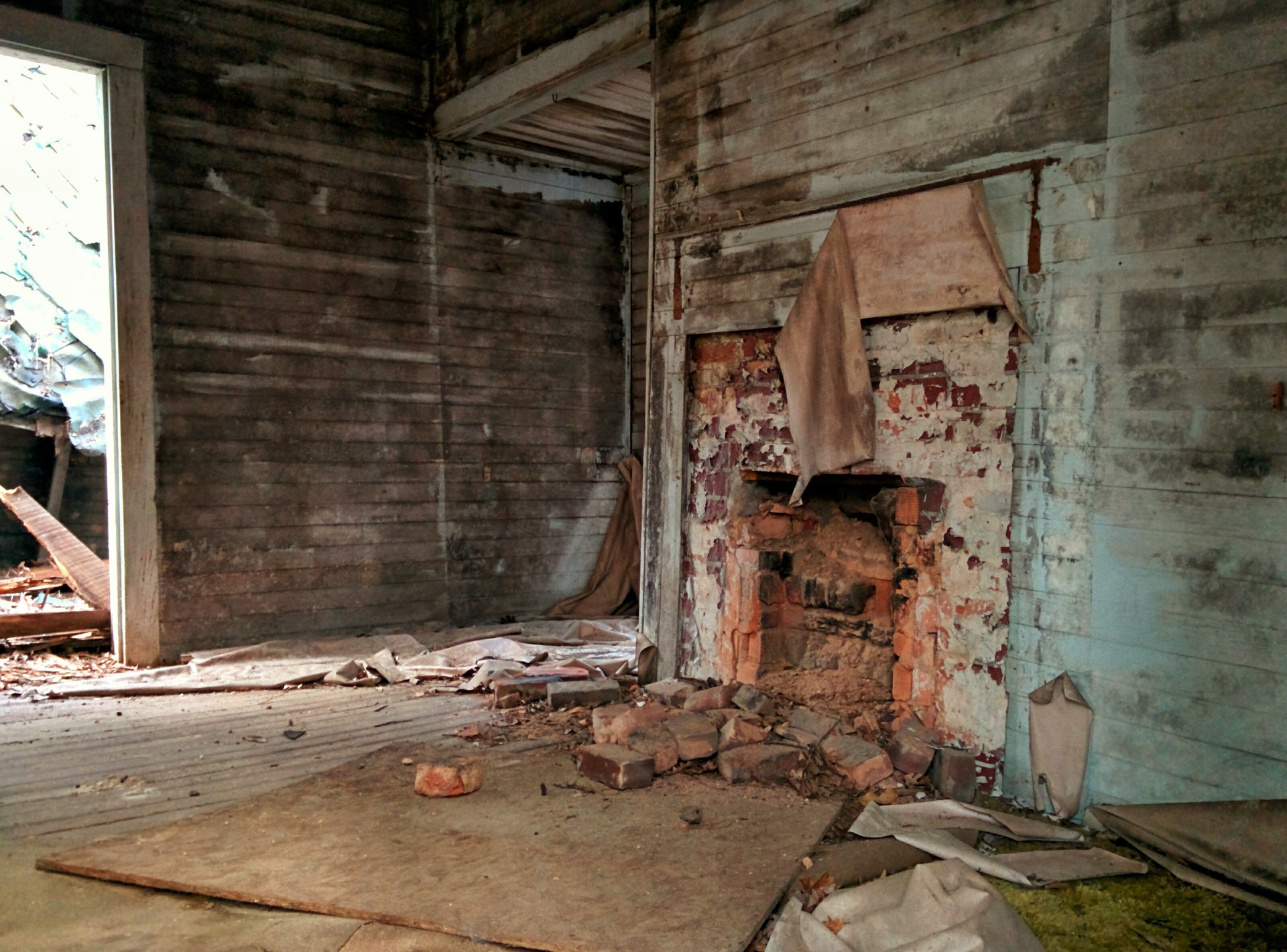 abandoned | no person, house, wood, broken