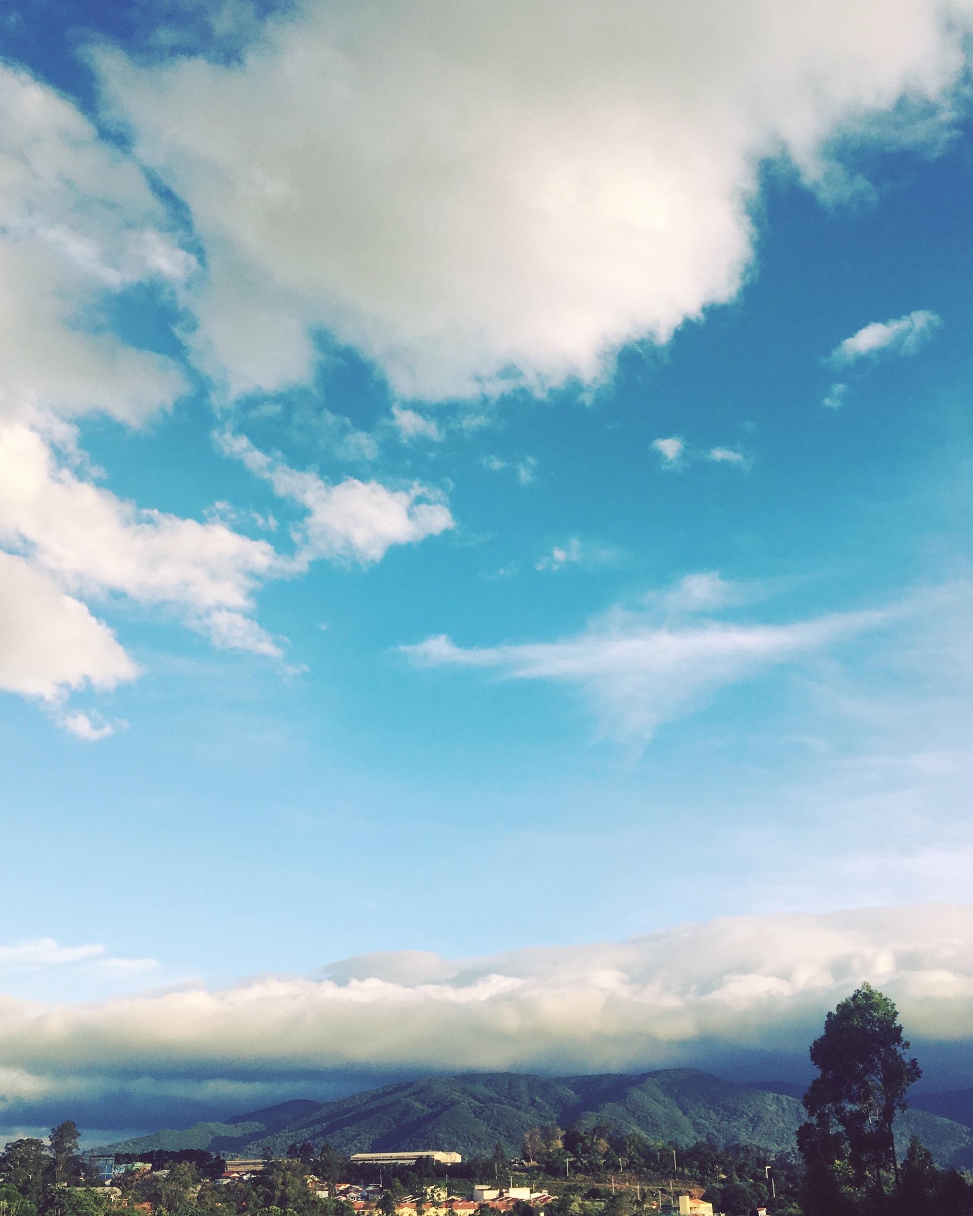 Nossa #SerraDoJapi vista aqui do Bairro Medeiros. Vejam as #nuvens: faz frio ou não no cartão postal de #Jundiaí? ☁️  #Natureza #Fotografia #Paisagem
